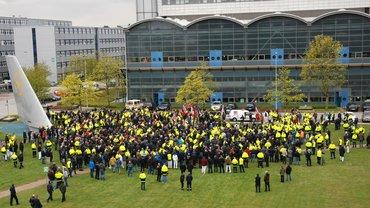 Protest gegen Lohnkürzungen, Arbeitszeiterhöhungen, Arbeitsplatzabbau und mehr bei der Lufthansa Technik