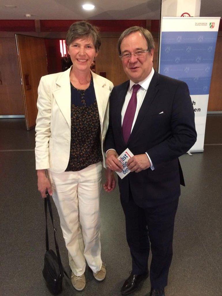 Kathy Ziegler vertritt die Selbstständigen beim Arbeitnehmerempfang des Ministerpräsidenten und sucht das Gespräch zu Armin Laschet.