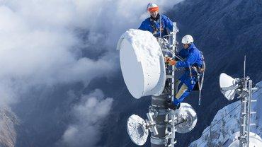 2 Personen arbeiten an Antennen