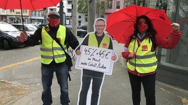 ver.di übergibt Forderungen vor dem Arbeitgeberverband in Köln