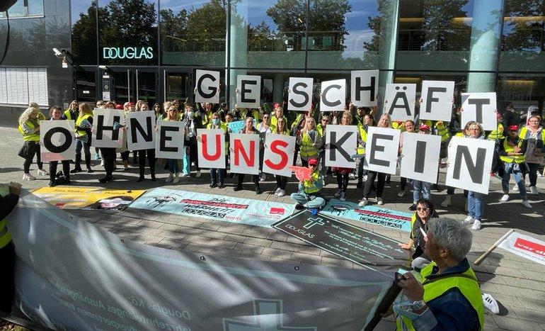 Tarifrunden Handel NRW 2021: Douglas-Beschäftigte streikten am 01.10.2021 für Tarifbindung